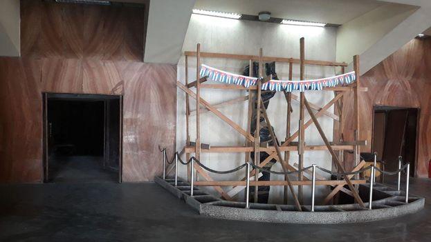 La escultura 'La Ilusión', creada por la artista Rita Longa, da la bienvenida a quienes entran al cine Payret. (14ymedio)