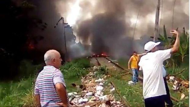 Imagen del siniestro grabada por uno de los primeros vecinos de la zona que corrieron a auxiliar a las víctimas del vuelo  DMJ-972 de Cubana de Aviación accidentado en La Habana. (CC)