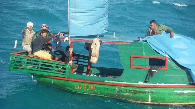 Imagen distribuida por Semar del rescate de los balseros cubanos. (Secretaría de Marina-Armada de México)