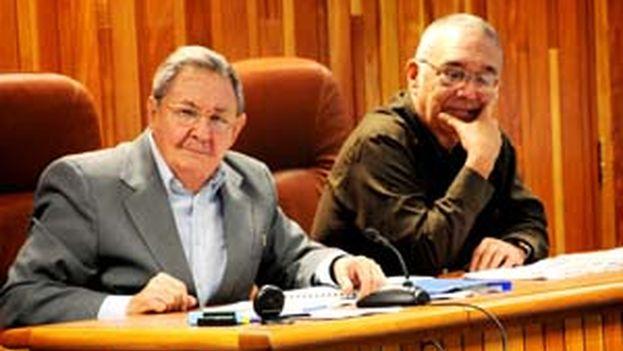 Leonardo Andollo Valdés, encargado de la Comisión para la Implementación y Desarrollo del Perfeccionamiento del Modelo Económico y Social, junto a Raúl Castro. (Cubadebate)