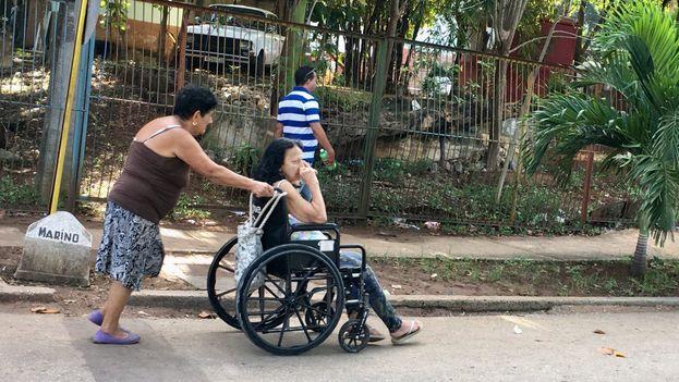 """Para la psicóloga Indira Villavicencio, debido a la gran necesidad que existe """"de cuidadores ahora mismo en el país está ocurriendo que personas sin preparación o que no están capacitadas para atender a los ancianos en todos los aspectos, están al frente de su cuidado"""