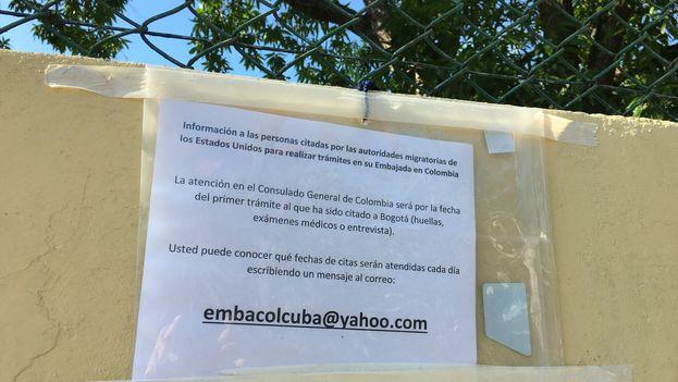 Información en la puerta de la embajada colombiana en La Habana sobre los turnos de admisión. (14ymedio)