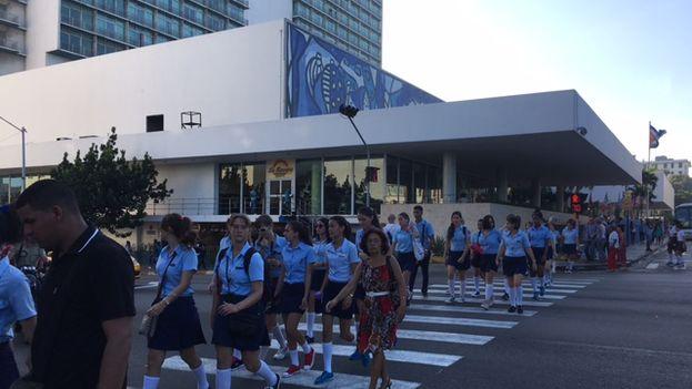 Camino a la escuela el primer día de curso en la céntrica esquina de 23 y L, Vedado, La Habana. (14ymedio)