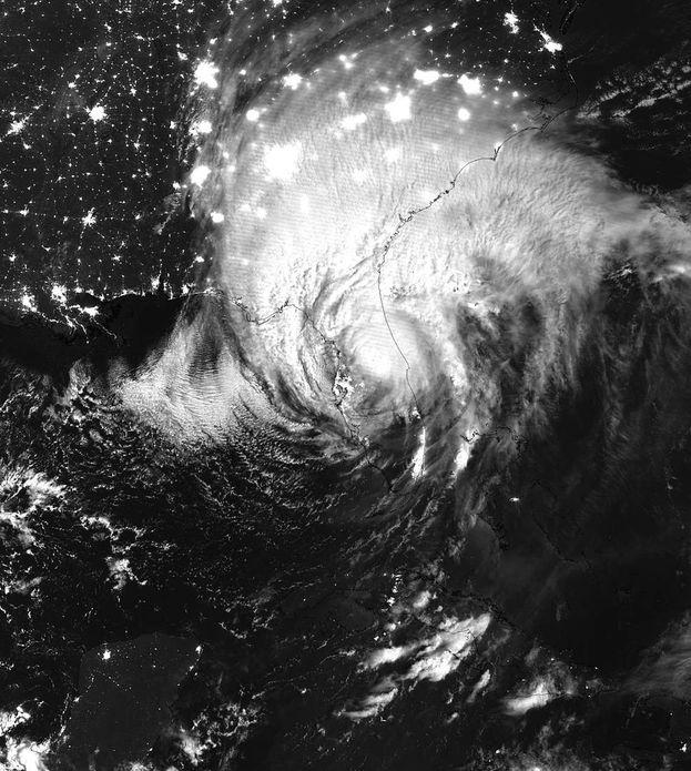 Mientras el huracán Irma se alejaba por el norte de Florida, en Cuba se mantenían a oscuras la mayoría de las ciudades de la mitad occidental de la Isla. (NASA)