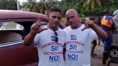 Iván Amaro Hidalgo fue detenido en agosto de 2016 llevando una camiseta con el lema Democracia SI! Dictadura NO.