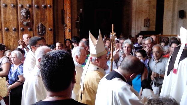 El cardenal Jaime Ortega a la entrada de la Catedral de La Habana. (14ymedio)