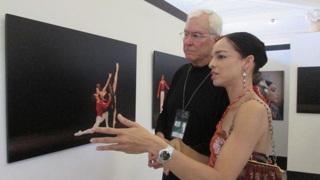 El fotógrafo John Rowe, junto a la bailarina Viengsay Valdés mientras aprecian su obra. (14ymedio)