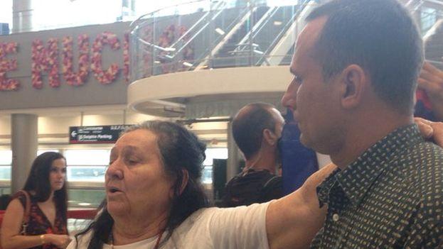 José Manuel Ferrer junto a su madre en el aeropuerto internacional de Miami (14ymedio)