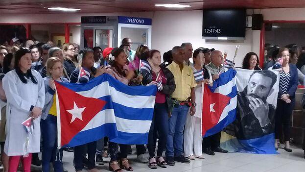 Los médicos fueron recibidos en el aeropuerto José Martí con banderas cubanas e imágenes de Fidel Castro. (Minsap)