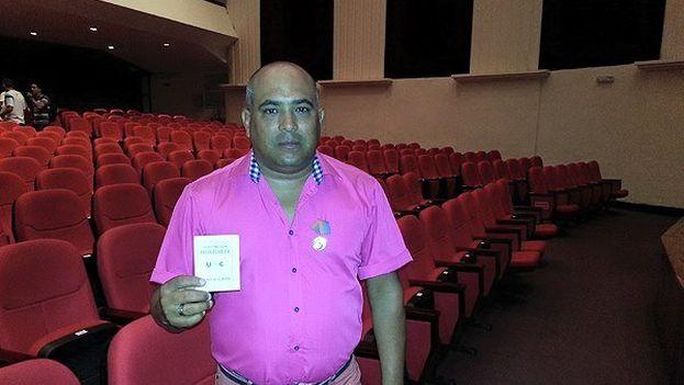 El periodista José Ramírez Pantoja muestra la medalla Félix Elmuza que le fue conferida por la UPEC, antes de ser despedido. (Cortesía)
