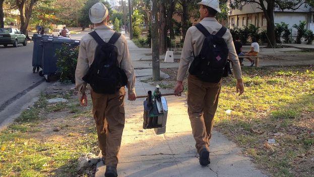 Jóvenes reclutas del Ejército Juvenil del Trabajo, EJT, durante la campaña de fumigación contra el Aedes aegypti. (14ymedio)