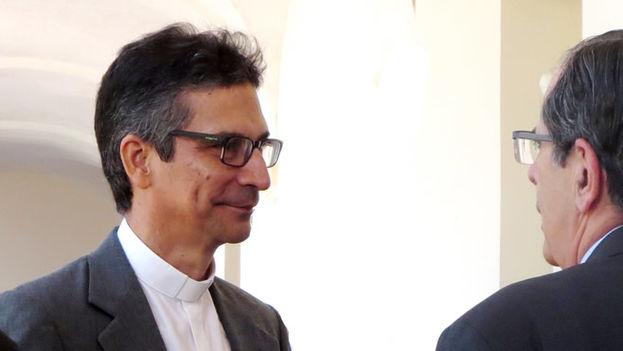 Juan Gabriel Díaz Ruíz conversa con un sacerdote durante un encuentro en 2017. (Cortesía)