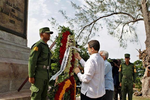 El embajador español Juan José Buitrago, depositó una ofrenda floral en honor a los soldados caídos en la batalla de Las Lomas de San Juan. (EFE)