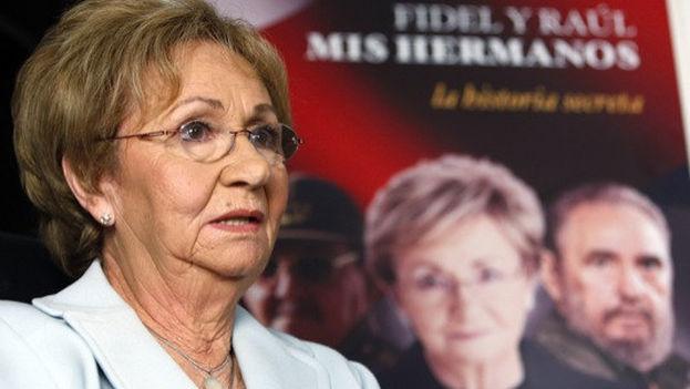 Juanita Castro Ruz ante la portada de su libro de memorias.