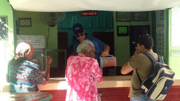 'La Juguera' de la calle 6 en el Vedado, La Habana, ofrece 96 combinaciones de frutas y vegetales. (14ymedio)