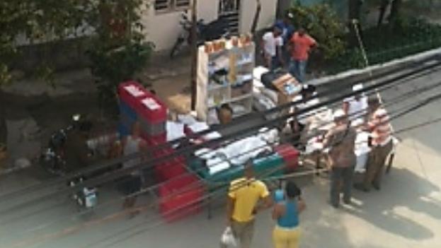 Kioscos para la venta de comida y bebida delante de la sede de las Damas de Blanco. (@bertasolerf)