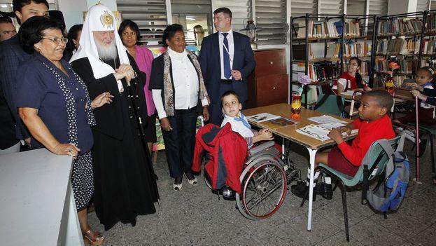"""El patriarca Kiril recorrió la escuela """"Solidaridad con Panamá"""", de educación especial. (EFE)"""