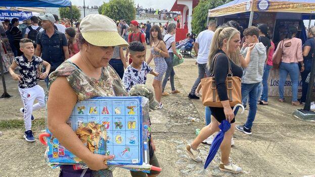 Las madres de niños en edad escolar aprovechan la feria del libro para comprar libretas, cuadernos de caligrafía o afiches didácticos. (14ymedio)