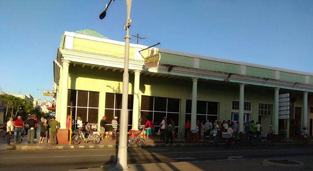Largas colas en el Prado cienfueguero para comprar yogurt de soya. (14ymedio)