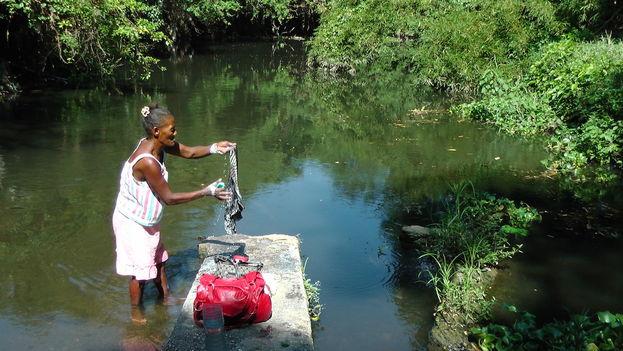 Lavar en el río Almendares. (14ymedio)