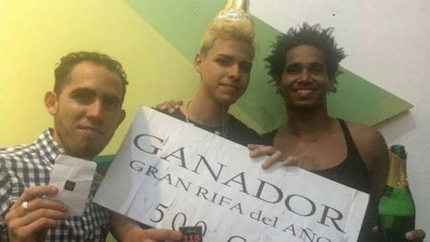 Leandro Fonseca ( centro), el joven de 18 años que ganó la rifa para pasar una noche en el Hotel Manzana Kempinski. (Cortesía)