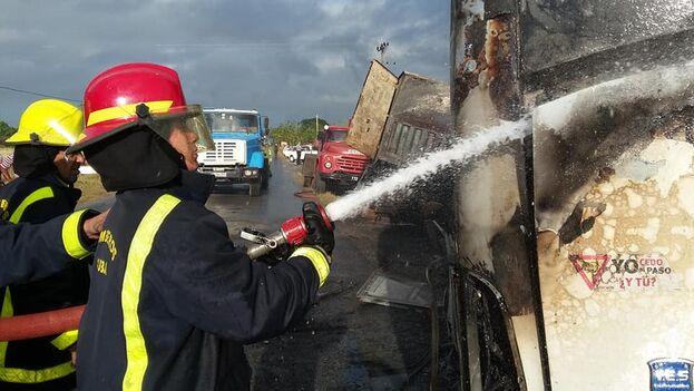 Luego del choque, se produjo además un incendio en el vehículo que dificultó todas las labores de rescate y obligó a la intervención de los bomberos. (Karín Gémez/Facebook)