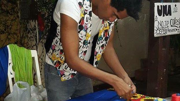 Luis Manuel Otero Alcántara trabaja en su taller en Cuba. (Facebook)
