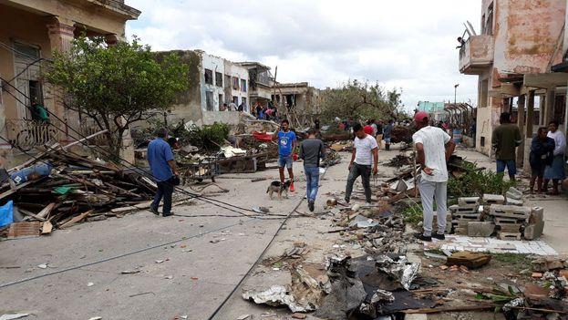 En Luyanó los vecinos han unido esfuerzos para comenzar a limpiar los escombros de las calles. (14ymedio)