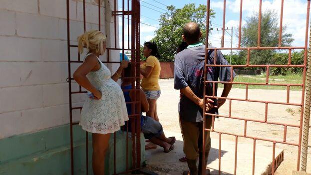 Luz Escobar fue detenida en un centro docente en el que viven, hacinadas, decenas de personas que perdieron sus casas en el tornado de La Habana. (14ymedio)