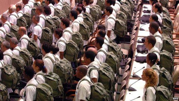 Médicos cubanos antes de salir a una misión. (EFE)