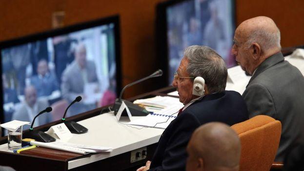 Raúl Castro junto a Ramón Machado Ventura en una sesión de la Asamblea Nacional. (EFE)