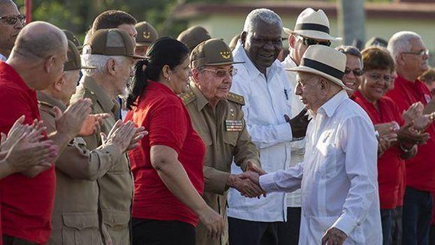 Machado Ventura y Raúl Castro se saludan en el último 26 de julio presidido por este último. (EFE)