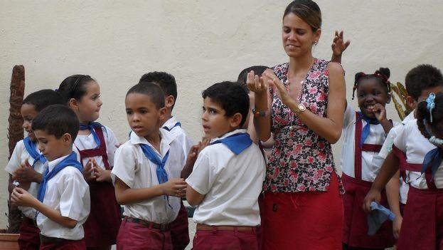 Maestra de una escuela primaria junto a un grupo de alumnos (Luz Escobar)