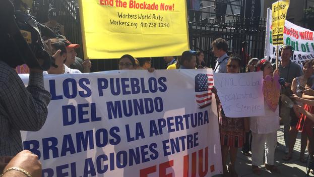 Manifestantes del Workers World Party congregados frente a la nueva embajada cubana en Washington. (14ymedio)
