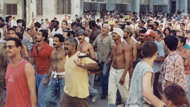 """Manifestantes cubanos en la protesta espontánea conocida como """"el maleconazo"""", en 1994. (Archivo)"""