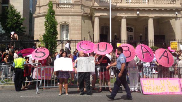 Manifestantes que apoyan la normalización relaciones entre Cuba - EE UU se congregaron frente a la nueva embajada