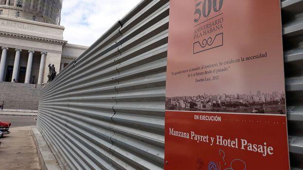 Un cartel anuncia las obras del Manzana Payret y del Hotel Pasaje a pocos metros del emblemático cine. (14ymedio)