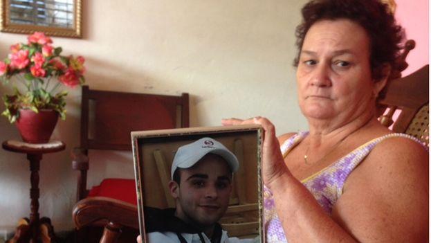 María Magdalena Puente, la abuela de Alejandro, muestra una foto de su nieto. (14ymedio)