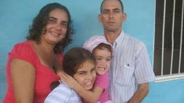 El pastor Mario Félix Lleonart con su familia. (Fuente: Facebook)