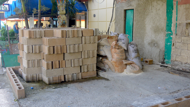 Materiales de construcción a las afueras de un inmueble en La Habana. (14ymedio)