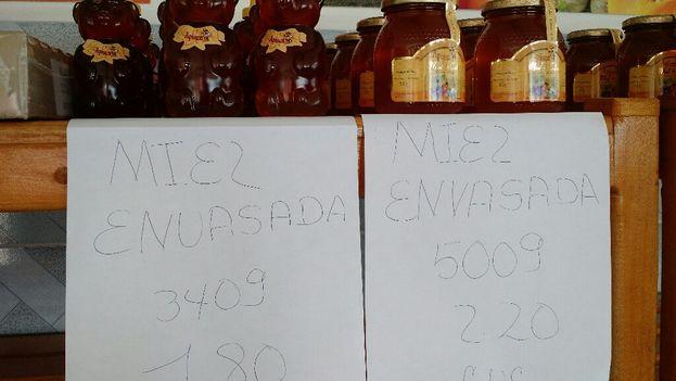 El 'merca hostal' de Viñales ofrece varios tipos de miel de abeja pero la carne y los productos lácteos brillan por su ausencia. (14ymedio)