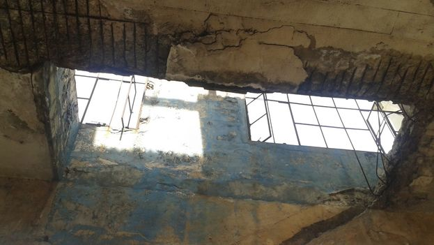 El agua de las últimas lluvias se cuela por las grietas abiertas en sus techos. (14ymedio)