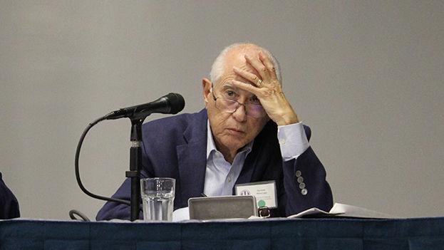 El economista cubano Carmelo Mesa-Lago durante una presentación en la Conferencia de la Asociación para el Estudio de la Economía Cubana. (14ymedio)