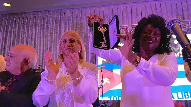 Berta Soler recibe las llaves de la ciudad de Miami de manos del alcalde Tomás Regalado y en nombre del Foro de Derechos y Libertades. (14ymedio)