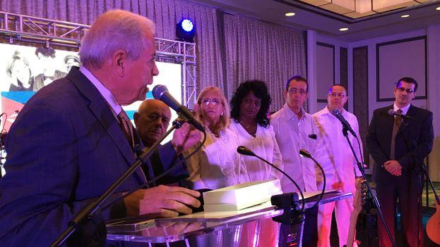 El alcalde de Miami, Tomás Regalado improvisó un discurso al entregarle las llaves de la ciudad al Foro de Derechos y Libertades. (14ymedio)