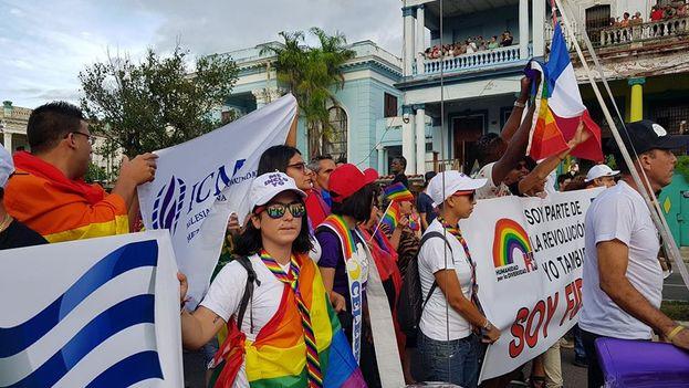 Miembros de la Iglesia de la Comunidad Metropolitana desfilan en la Conga contra la homofobia y la transfobia. (Facebook)