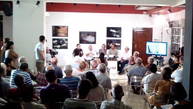 Miembros del panel y parte del público durante el debate sobre el Estado de derecho. (14ymedio)