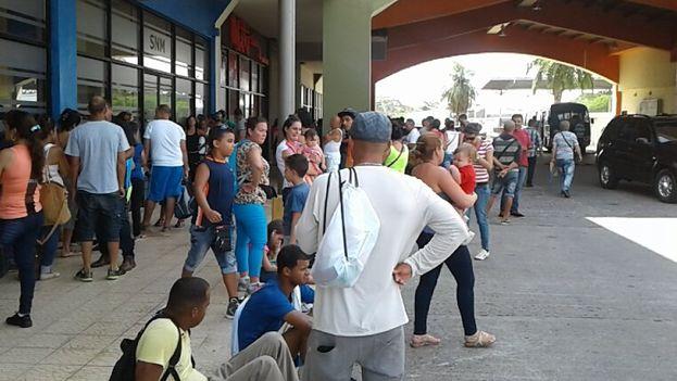 Migrantes cubanos varados en Panamá aguardan para comprar su boleto hacia México. (Cortesía)