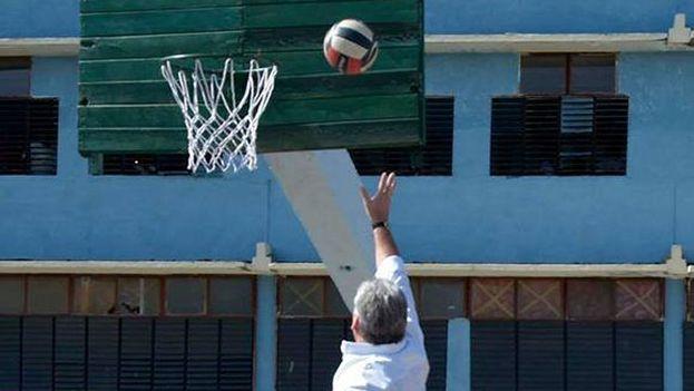 Miguel Díaz-Canel juega baloncesto con una pelota de voleibol en una escuela cubana. (Estudios Revolución)