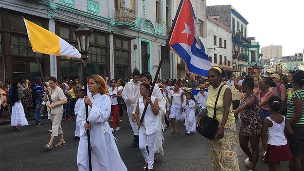 Miles de feligreses participaron este viernes en la procesión por la Virgen de la Caridad del Cobre, Patrona de Cuba. (14ymedio)